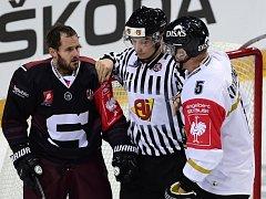 Rozhodčí odděluje sparťana Lukáše Pecha (vlevo) od Lasse Kukkonena z Oulu