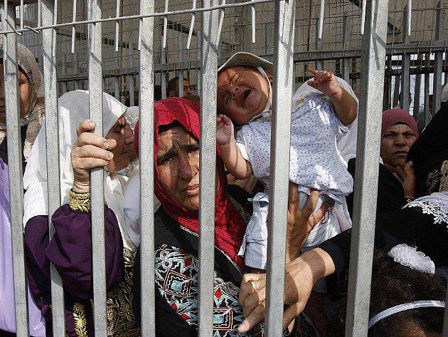 JAKO VE VĚZENÍ. Palestinské ženy s dětmi se bez dokladů nemohou dostat na druhou stranu hranice.
