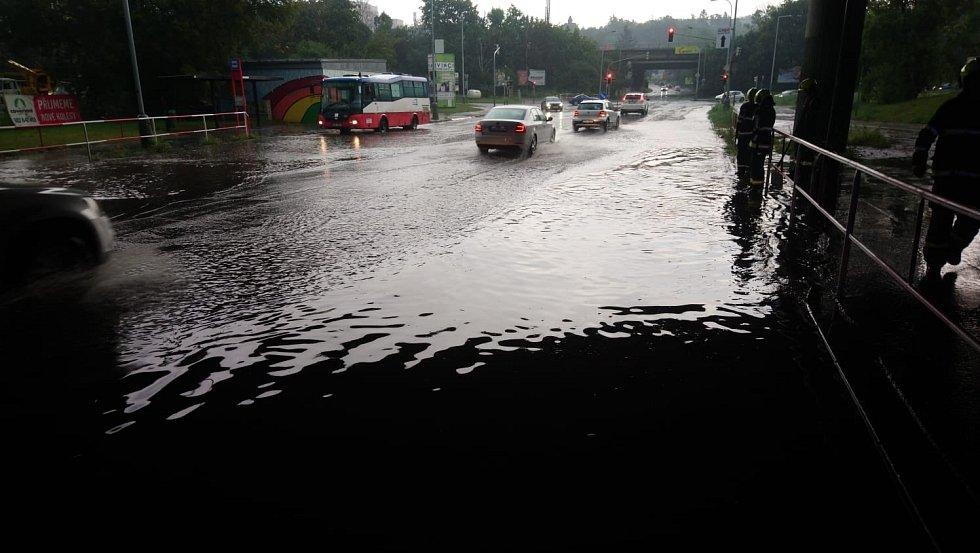 Páteční bouře s prudkým deštěm zasáhla i Prahu