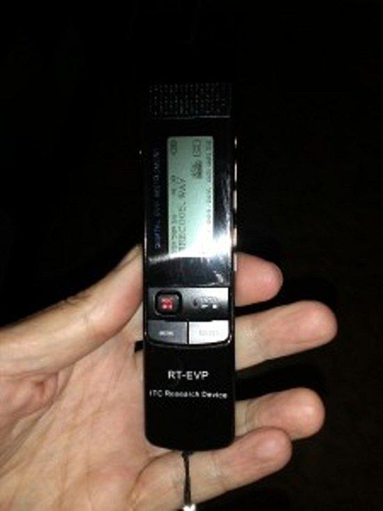 Toto špičkové zařízení umožňuje nahrávat záznam EVP  a zároveň poslouchat nahrávané zvuky v reálném čase. Skupina si ho pořídila na doporučení kolegy Zaga Bagans z týmu Ghost Adwentures.Také umí nahrávání přes Spiritbox, který je součástí zařízení.