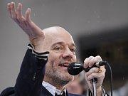 Zpěvák skupiny R.E.M. Michael Stipe má už zase všechno pod kontrolou. Nové album Accelerate je toho důkazem.