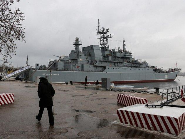 Bleskovou prověrku bojeschopnosti vojsk ruské Severní flotily nařídil dnes ruský prezident Vladimir Putin. Do manévrů se podle ruského ministerstva obrany zapojí 40.000 vojáků, přes 40 bitevních lodí, 15 ponorek a stovka letounů a vrtulníků.