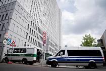 Policejní vozy parkují 24. srpna 2020 před berlínskou kliniko Charité, kde je hospitalizován předák ruské opozice Alexej Navalnyj