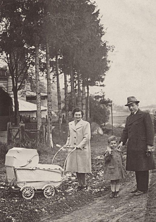 S otcem, matkou a bratrem v kočárku v roce 1941.