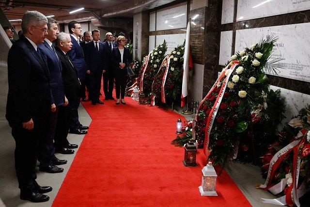 Uctění památky obětí ze Smolenska. Lídr PiS Jaroslaw Kaczynski, předseda Senátu Stanislaw Karczewski, předseda Sejmu Marek Kuchcinski a premiér Mateusz Morawiecki