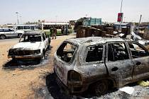 Spálená auta v ulicích súdánského Chartúmu.