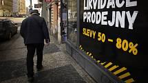 Oznámení ve výloze obchodu v pražské Havířské ulici na snímku z 20. února 2021