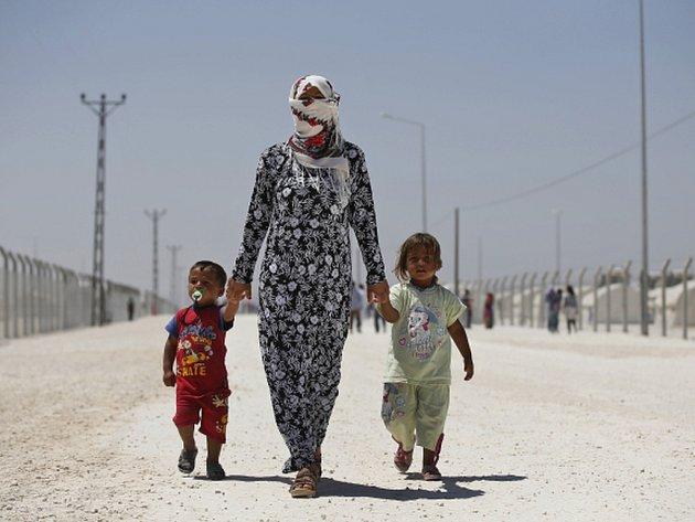 Do syrského pohraničního města Tall Abjad se dnes vrátilo z Turecka přes 2000 uprchlíků, kteří město opustili kvůli bojům.