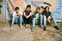 Britská indierocková kapela The Cribs, která kombinuje chytlavý punkový zvuk se syrovou garážovou produkcí, přijede za měsíc, ve středu 21. listopadu, do pražského MeetFactory.