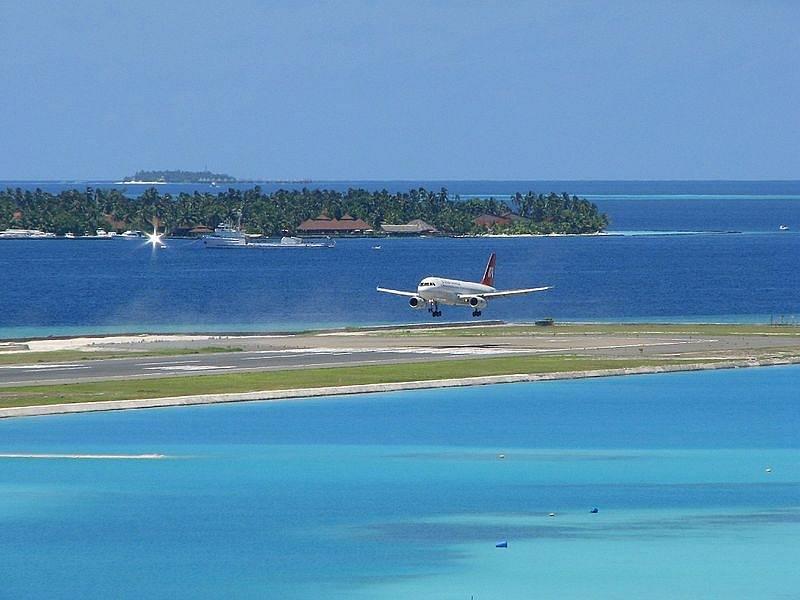 Na Maledivách se nachází jedno z mála světových letišť, které zabírají plochu celého jednoho ostrova. Konkrétně jde o letiště Velana.