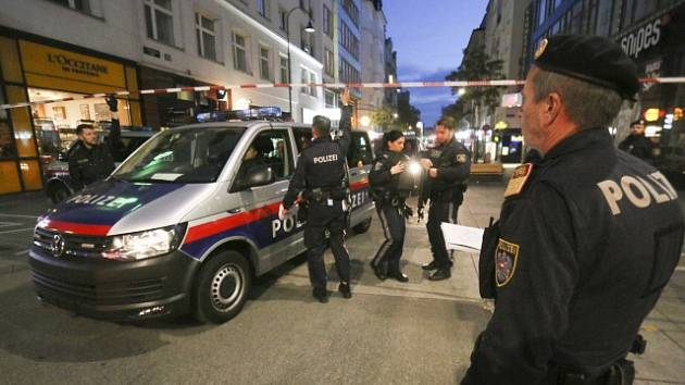 Policie šetří teroristický útok ve Vídni, při kterém zemřeli čtyři lidé a mnoho dalších bylo zraněno.
