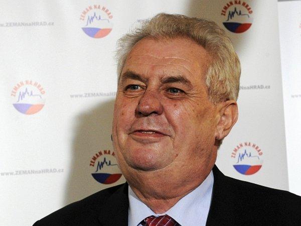 Prezidentský kandidát Miloš Zeman vystoupil 12.ledna odpoledne na tiskové konferenci ve svém volebním štábu vPraze a okomentoval průběžné výsledky voleb. Podle nich se ve druhém kole utká sKarlem Schwarzenbergem.