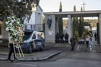 Lidé nesou květiny na hřbitov Mingorrubio, kam budou přemístěny ostatky španělského diktátora Franciska Franka.