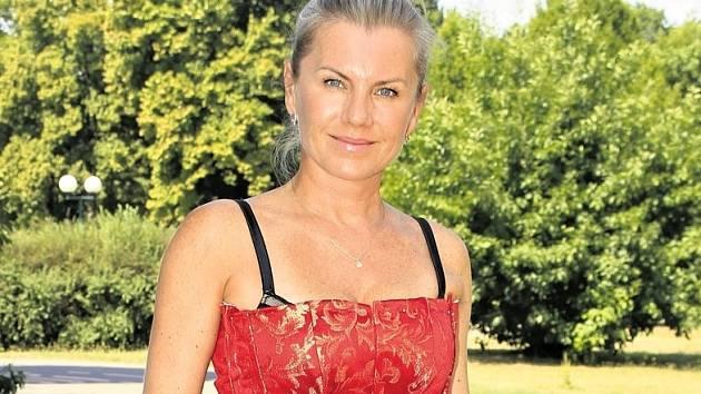 V KOSTÝMU. Leona Machálková na jedné ze zkoušek, které už jdou do finále.