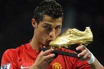 Cristiano Ronaldo sbírá jednu cenu za druhou. Kromě Zlatého míče má třeba i Zlatou kopačku (na snímku).