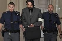Policisté přivádějí Marka J. k soudu.