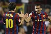 Barcelona rostřílela Atlético 5:2. Messi se trefil dvakrát, Alves (vpravo) jednou.