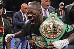 Americký boxer Deontay Wilder pózuje s pásem pro mistra světa těžké váhy organizace WBC.