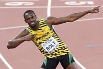 Vítězná póza. Titán Usain Bolt kraloval sprintu na 100 metrů na MS v Pekingu.