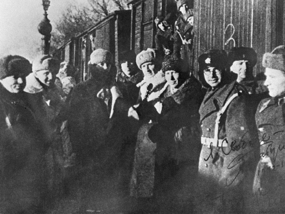 Vstup československých a sovětských jednotek na území Československa. Plukovník Ludvík Svoboda (5. zleva) s vojáky čs. jednotky před odjezdem z Buzuluku.