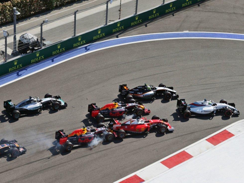 Hned po startu skončila Velká cena Ruska pro Sebastiana Vettela, do kterého naboural Daniil Kvjat.
