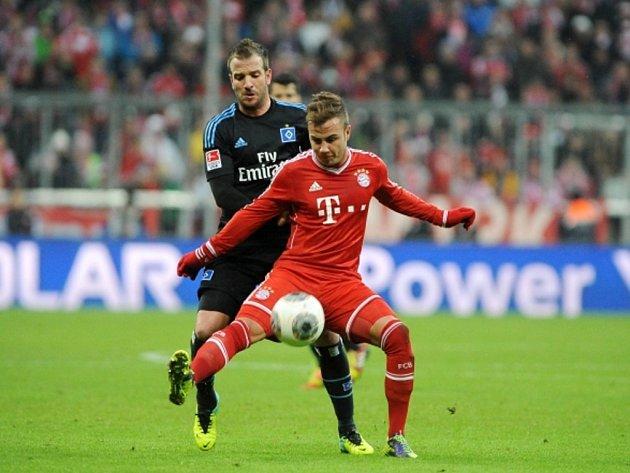Mario Götze z Bayernu Mnichov (vpravo) si zpracovává míč před Rafaelem van der Vaartem z Hamburku.