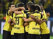 Fotbalisté Dortmundu se radují z gólu proti Realu Madrid.