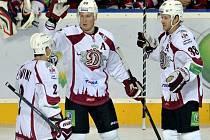Hokejisté Dinama Riga (zleva) Rodrigo Lavinš, Georgijs Pujačs a Paul Szczechura.