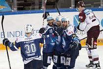 Hokejisté Plzně se radují z gólu proti Spartě.