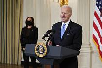 Americký prezident Joe Biden, vlevo vzadu viceprezidentka Kamala Harrisová