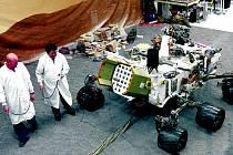 Curiosity váží 900 kilogramů a je dlouhá tři metry. Má šest kol, každé s vlastním pohonem, která jí umožňují otočit se na místě o 360 stupňů nebo překonávat překážky o výšce až 65 centimetrů.