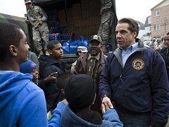Guvernér státu New York Andrew Cuomo (vpravo)