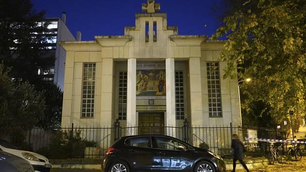 Žena prochází kolem kostela v Lyonu, v jehož blízkosti byl 31. října 2020 postřelen kněz