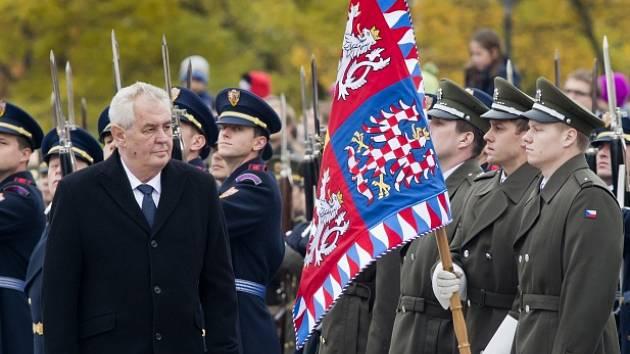 Prezident Miloš Zeman (vlevo) při pietním aktu ke vzniku Československé republiky 28. října u Národního památníku v Praze na Vítkově.
