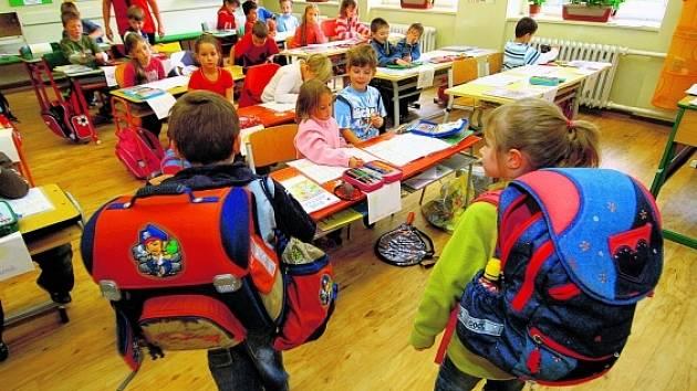 Malá školačka z Ostravy není za svou školní brašnou skoro vidět. 11fe875ad7