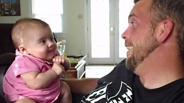 """Dvouměsíční dítě opakuje po otci """"miluji tě""""."""