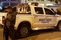 Egyptské úřady vyšetřují páteční útok na hotel Bella Vista v rudomořském středisku Hurgada, při němž dva ozbrojenci pobodali tři zahraniční turisty.