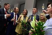 Oslavy ve volebním štábu hnutí ANO. Zleva kandidáti Martin Hlaváček, Ondřej Knotek, Martina Dlabajová, premiér Andrej Babiš a Dita Charanzová.