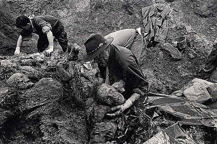 Exhumace obětí srebrenického masakru v roce 1996