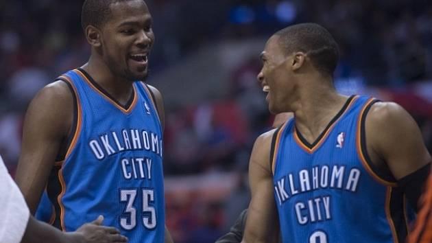 Kevin Durant (vlevo) a Russell Westbrook z Oklahomy se měrou vrchovatou podíleli na vítězství Oklahomy nad Los Angeles Clippers.