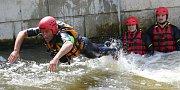 Skok pro záchranu života, tak vypadalo cvičení policistů a hasičů na divoké vodě v Roudnici nad Labem.