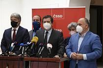 Vicepremiér Jan Hamáček (uprostřed) na tiskové konferenci.