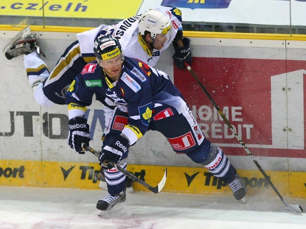Jan Rudovský (vlevo) nepřešel přes hráče Liberce.