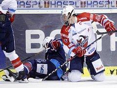 Hokejisté Pardubic (v bílém) proti Chomutovu.