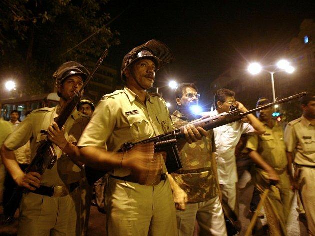 Policisté vyrukovali před železniční stanici v Bombaji, kde předtím útočníci postříleli čekající pasažéry.