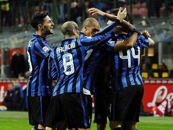 Fotbalisté Interu Milán se radují z gólu