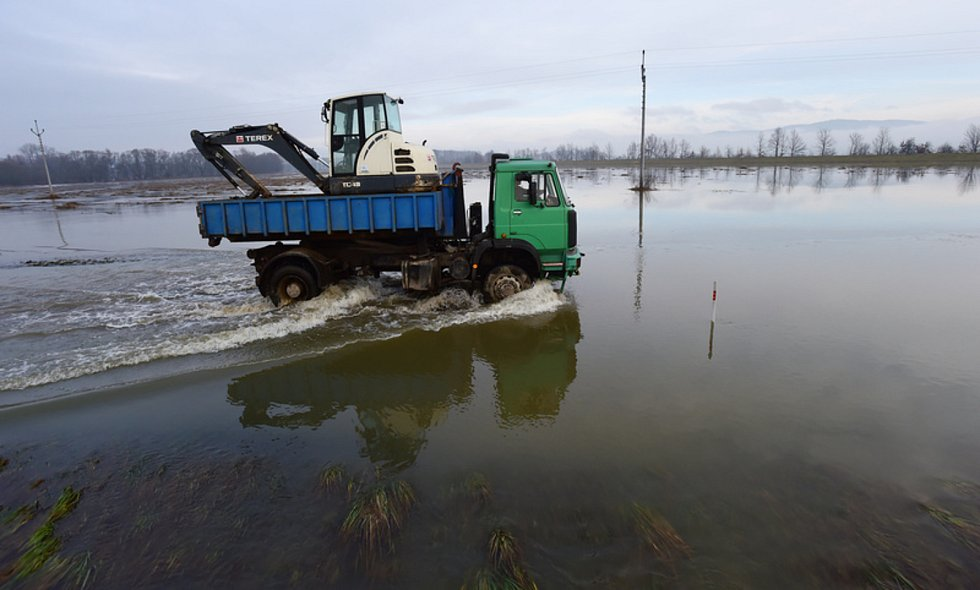 Několikrát v roce je vodou z rozlité řeky Moravy zatopená silnice mezi Bohuslavicemi a Lukavicemi na Šumpersku (na snímku z 5. února 2021).