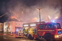 K neskrývané radosti přihlížejících lidí hořel v noci na dnešek bývalý hotel v saském městě Budyšín, z něhož měla být ubytovna pro migranty.