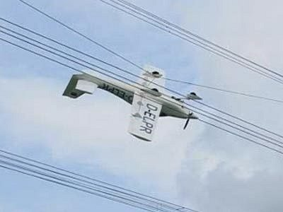 Ultralehký letoun zůstal v pondělí viset podvozkem vzhůru na drátech vysokého napětí poblíž jihoněmeckého Durachu.