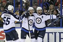 Michael Frolík z Winnipegu (uprostřed) se raduje z gólu proti St. Louis.